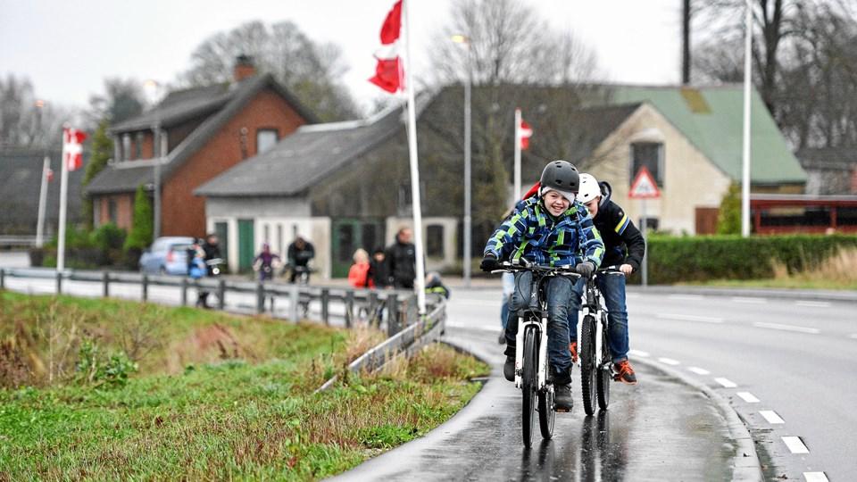 Cykelstien mellem Skjellerup og Hobro blev indviet i 2015 af glade børn med fornuftige hjelme, og Skjellerup var smykket med flagalle. Næste år går kommunen i gang med at forlænge cykelstien til Mariager. Arkivfoto: Claus Søndberg