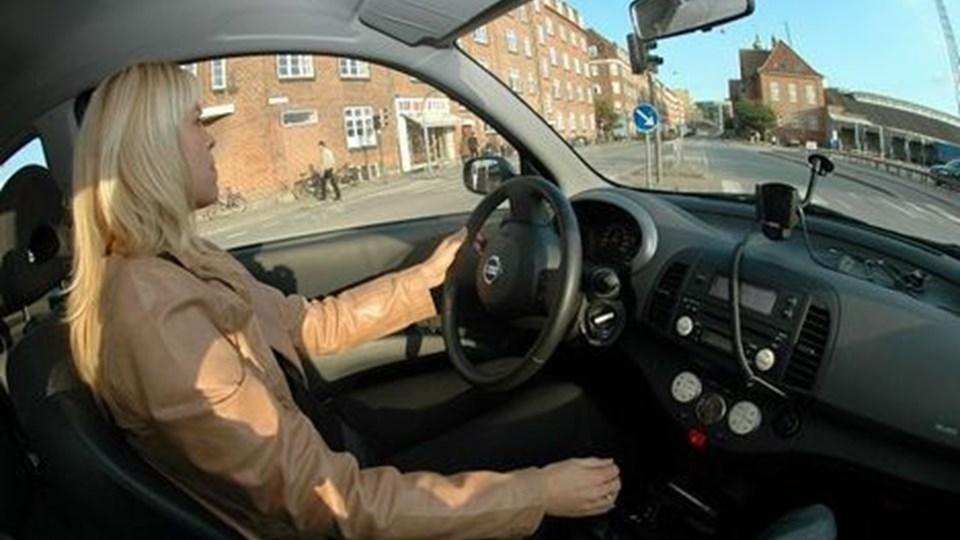 Kvinder kunne godt blive bedre til at købe brugt bil. Kun en tredjedel af de kvindelige købere, der får en fagmand til at kigge bilen efter i sømmene, inden købet. Arkivfoto