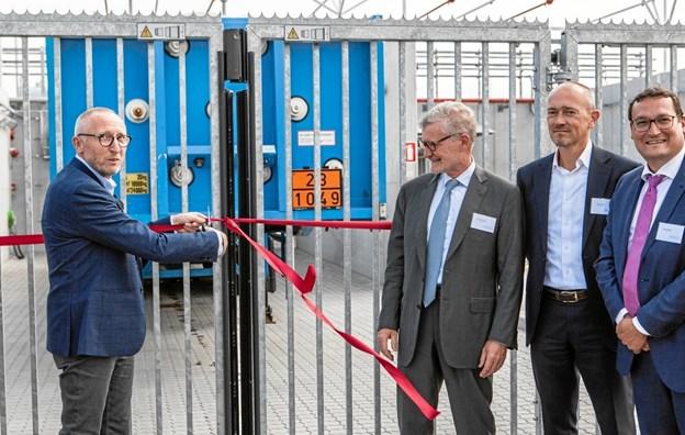 Borgmester for Mariagerfjord Kommune, Mogens Jespersen, klippede snoren ved indvielsen af HyBalance-brintanlægget i Hobro. I indvielsen deltog blandt andre partnere fra Air Liquide og Hydrogenics samt EU's FCHJU, som har støttet projektet med 8 mio Euro. Foto: Privat.