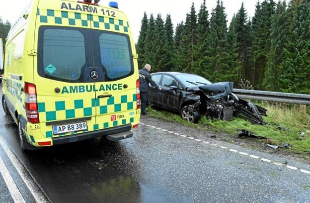Personbilen ramte ind i autoværnet. Foto: Jan H. Pedersen