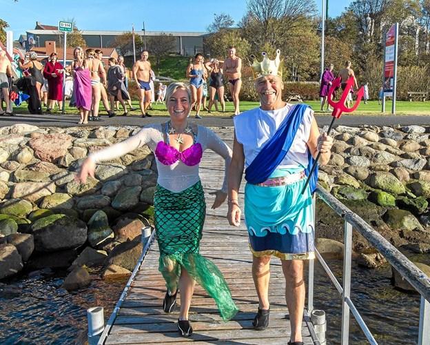 Havfruen (formand Eva Sjælland) og Kong Neptun (næstformand Niels Christiansen) førte an for de 60 vinterbadere ud i den 12-13 grader kolde Limfjord.Privatfoto: Morten Pedersen