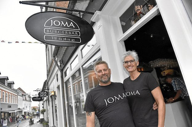 Siden 1. august har parret Joe Uldahl og Mai Kerstens arbejdet hårdt for at få den tidligere cafe omdannet til burgerbar. Onsdag 15. august slår de dørene op. Foto: Ole Iversen