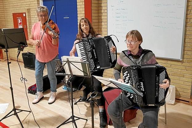 De tre musikanter bidrog til den gode stemning sådan en tidlig mandag morgen. Foto: Karl Erik Hansen