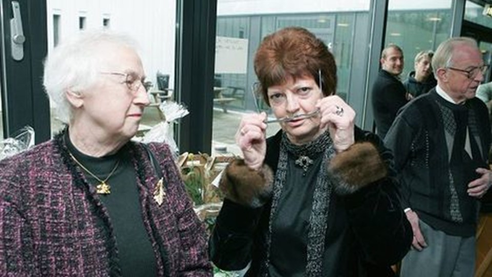 Lis Elsborg blev fejret efter alle kunstens regler efter 40 år, og brillerne måtte jævnligt af. Her er hun med en tidligere kollega Anna Thomsen.  Foto: Kurt Bering
