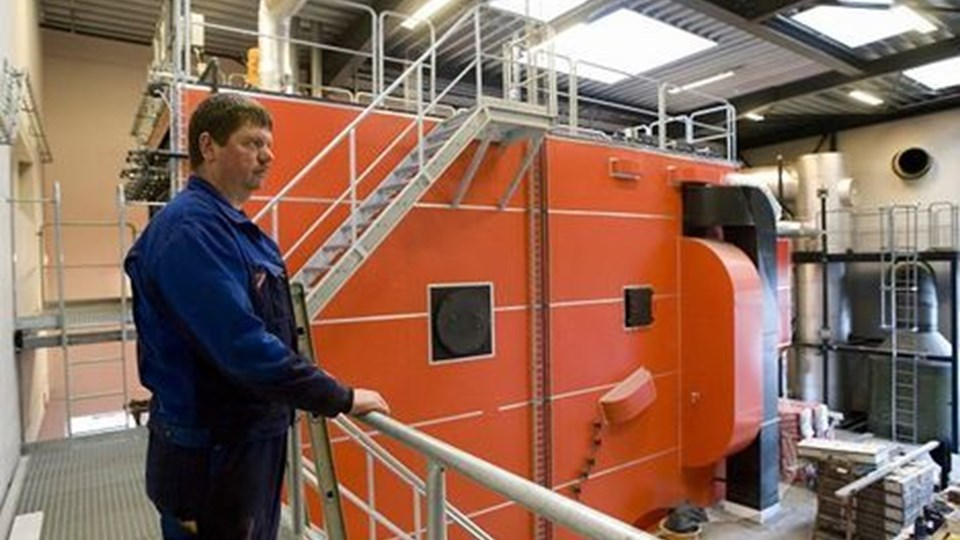 Lars Nielsen, varmemester på det nye værk, har overblikket fra broen. Den store orange maskine er flis-kedelen. Foto: Grete Dahl