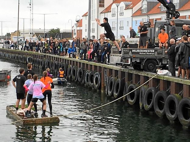 Dueller foran auktionshallen på Strandby havn under havnefesten, hvor publikum dyster... Privatfoto.