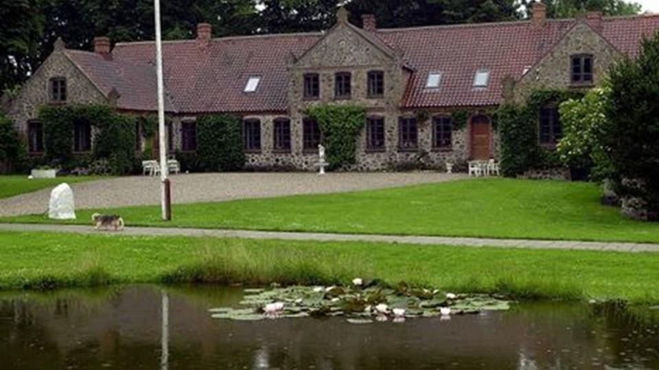 Stuehuset på Lille Restrup Hovedgaard er fra 1856. Lørdag er der kunst fra 2007 på gården. Foto: Jens Frandsen