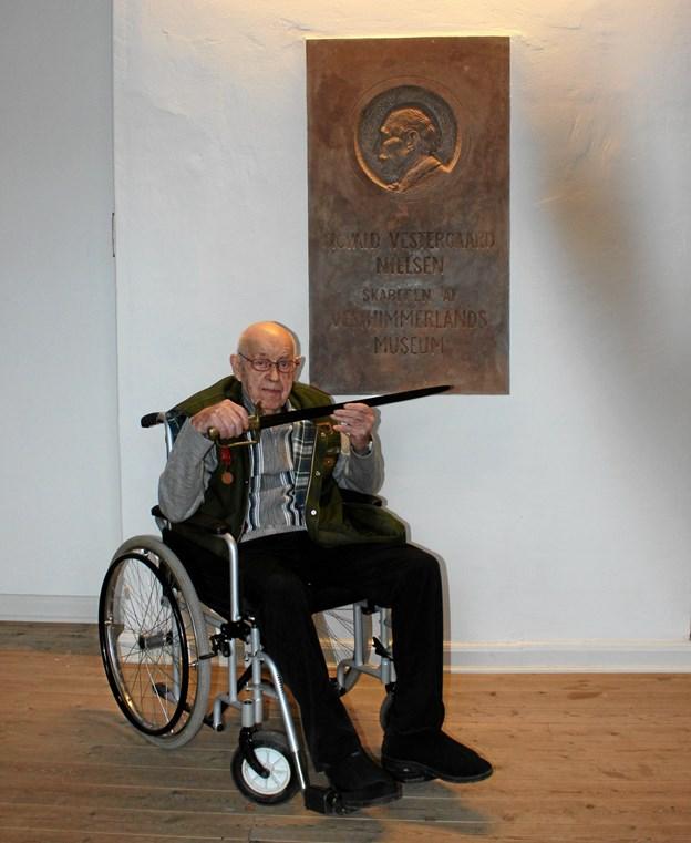 Kristian Holst ses her med sin oldefars sabel fra krigen 1864. Et værdifuldt familieklenodie som nu er overdraget til Vesthimmerlands Museum.