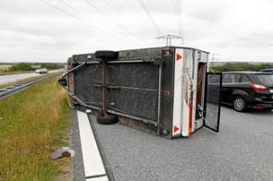 Uheld: Væltet campingvogn spærrede spor på motorvej