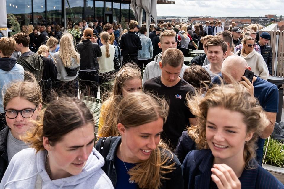 Gæster i massevis benytter chancen for at få deres armbånd før tid på Salling Rooftop. Foto: Nicolas Cho Meier