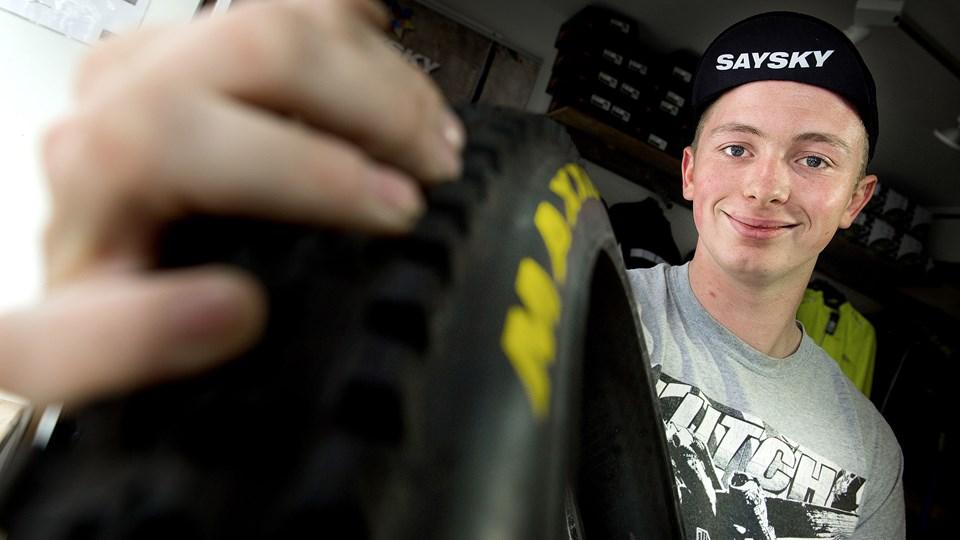 Et dæk af ordentlig kvalitet koster cirka 300-500 kr., og de penge er godt givet ud, mener mekaniker Johannes Rom Dahl. Foto: Torben Hansen