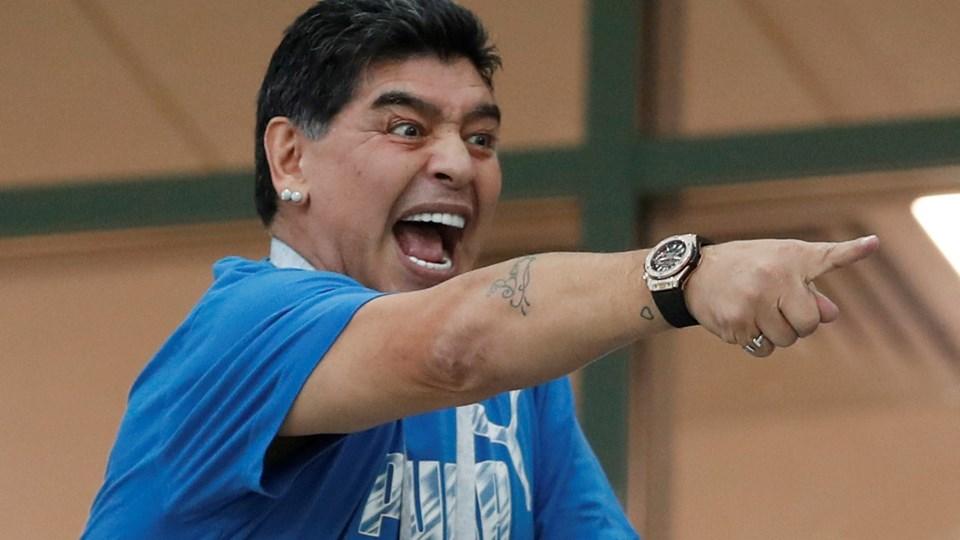 Diego Maradona har været særdeles iøjnefaldende ved flere kampe under VM-slutrunden, hvor han er inviteret til af Fifa. Senest har Maradona undskyldt sine udtalelser om amerikansk dommer. Foto: Matthew Childs/Reuters