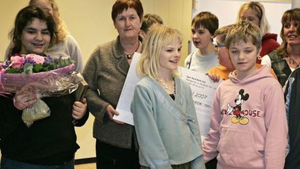 De 2500 kroner skal bruges til at feste for. Den daglige leder af Solsikken, Inger Lise Søndergaard ses i midten. foto: kim dahl hansen