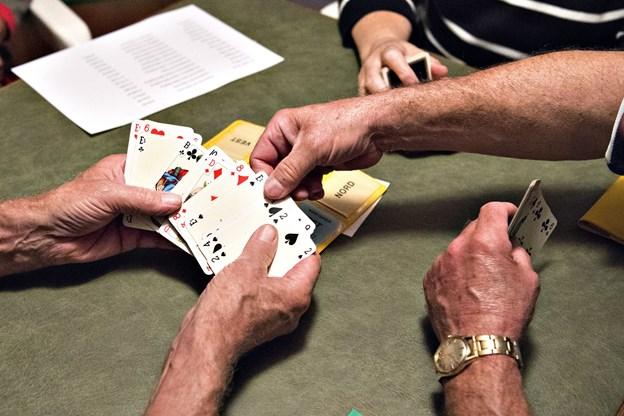 Kortspil, hygge og masser af snak - der er mange ting at give sig i kast med i Brovst Seniorklub. Arkivfoto: Kurt Bering