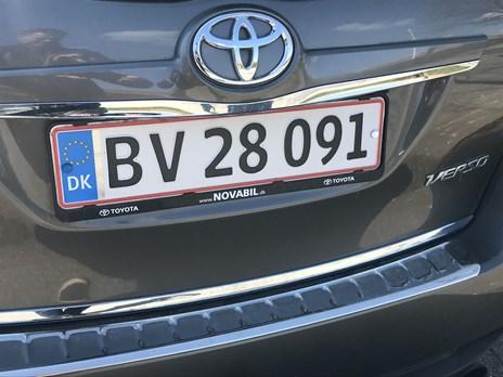 P-bøde ramte helt ved siden af: Nummerplade sidder på en anden bil