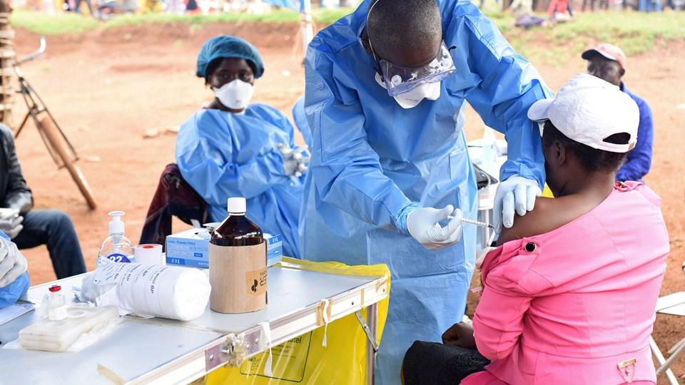 I Mangina i DRCongo er læger begyndt at give fem forskellige lægemidler, der alle er på et eksperimentel stadie. Håbet er på sigt at kurere ebola. Kvinden på billedet får en vaccine, efter at hun har været i kontakt med en person, der var smittet med sygdommen. Foto: Olivia Acland/arkiv/Reuters