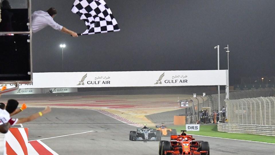 Ferrari-køreren Sebastian Vettel vandt Formel 1-grandprixet i Bahrain med Mercedes lige i hælene. Foto: Scanpix/Giuseppe Cacace