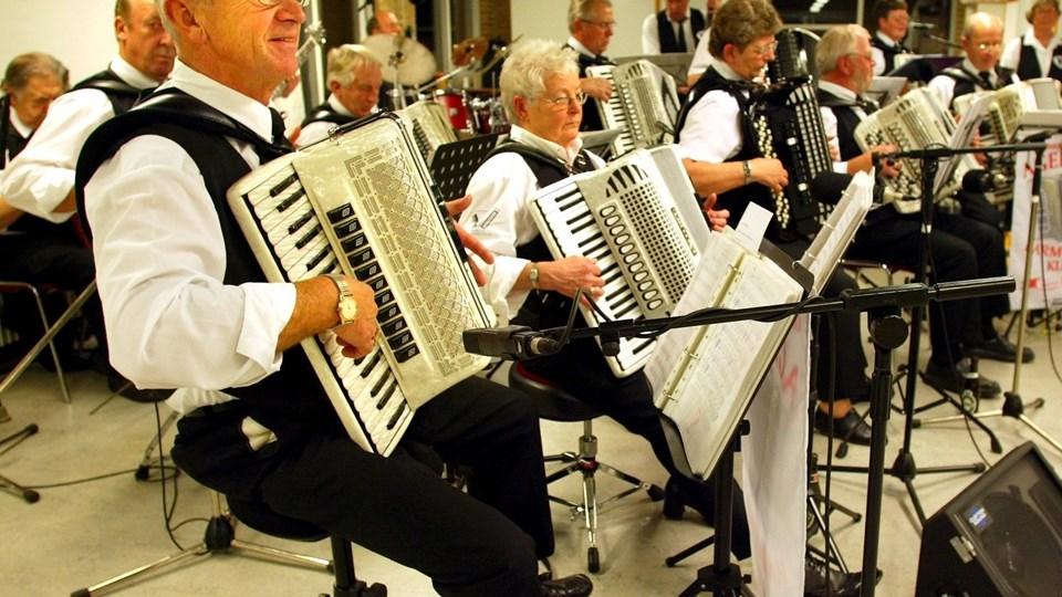 Agersted Harmonikaklub er fast husorkester på Sæby Ældrecenter. Tirsdag 3. januar kl. 10 spiller de op til syng sammen. Arkivfoto: Carl Th. Poulsen.
