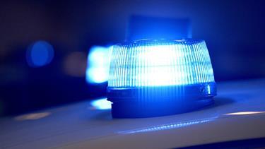 Påvirket bilist overså rundkørsel: Bil ødelagt