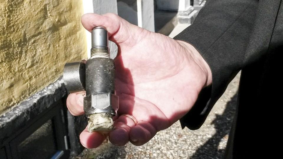 Det er forholdsvis lavpraktisk udstyr, som skal til for at stoppe det avancerede. En rund, men kraftig magnet, er nok til at sætte impulsgiveren i stå.