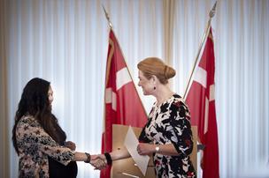 Vil du være dansk statsborger i Aalborg skal du trykke hånd og give en autograf på rådhuset
