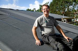 Tømrer fik lyst til luftforandring: Nu er han tagdækker med eget firma