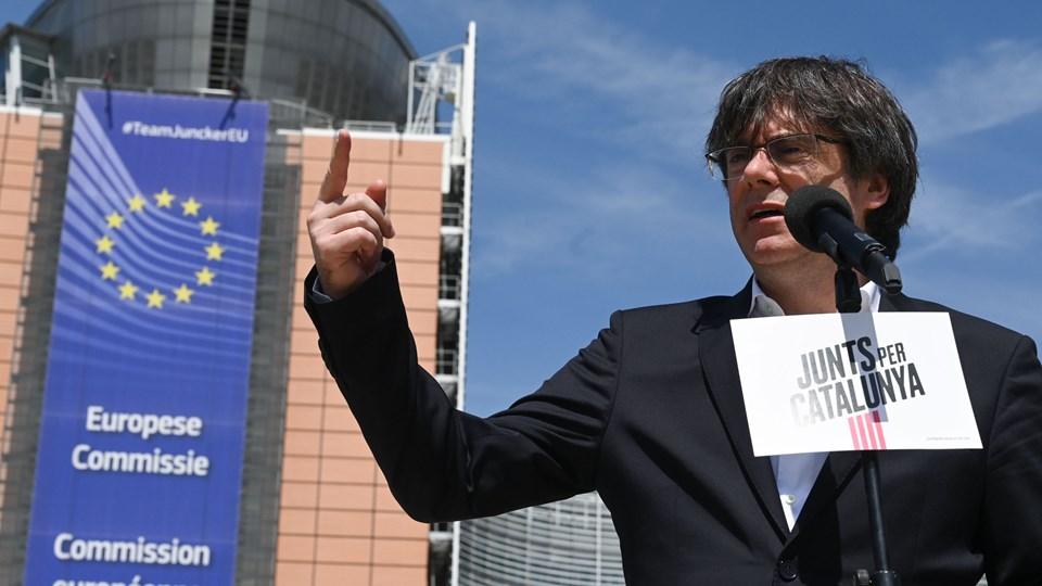 """Carles Puigdemont ved en pressekonference udenfor EU-Parlamentet fredag. Den tidligere regionalpræsident er spidskandidat for partiet """"Junts per Catalunya"""" (""""Sammen for Catalonien"""")."""