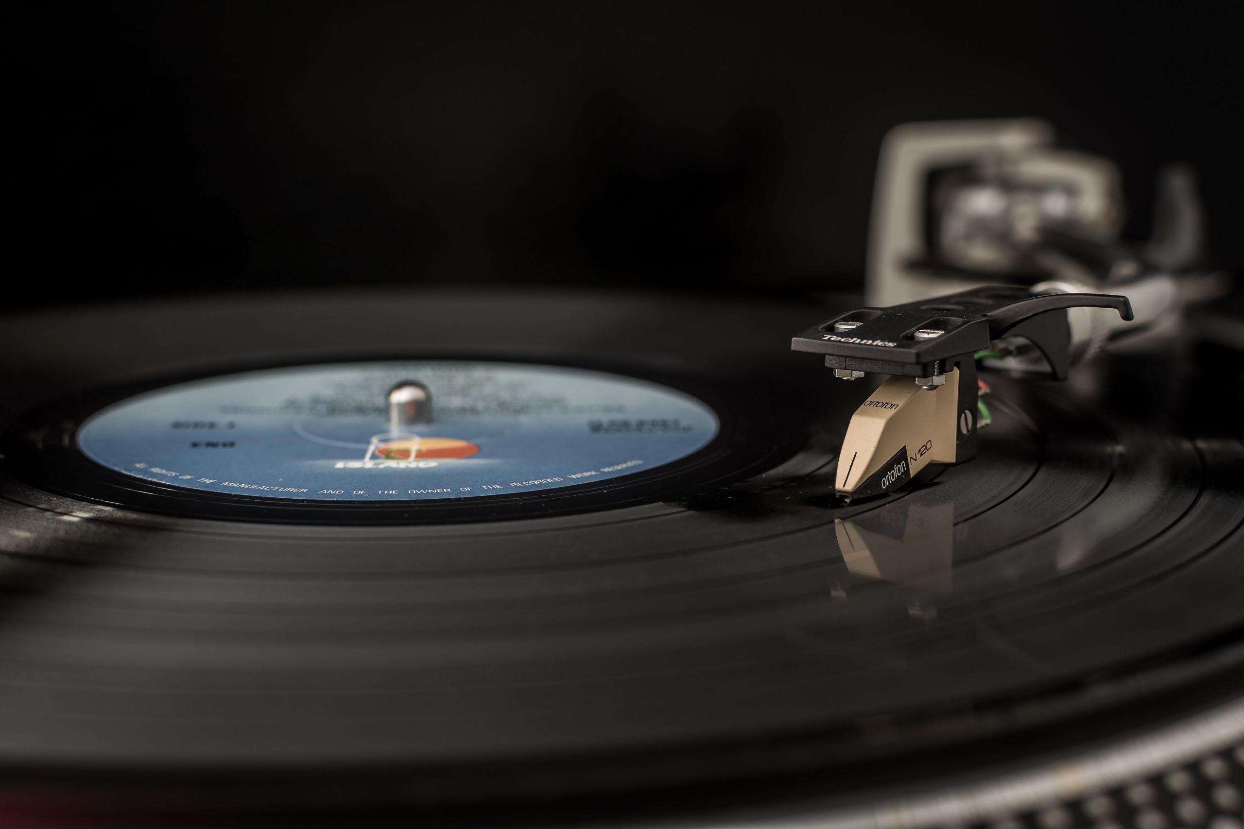 Vinylpladerne er på vej tilbage og leverer konkurrence til CD'er og downloads