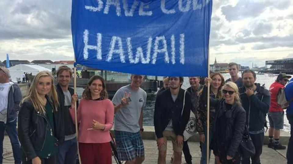 Midt under VM-stævnet i stand-up-paddle protesterer surferne mod Thisted Kommunes planer om tre store vindmøller ud for Hanstholm Havn. Foto: Privatfoto/DR P4 Midt & Vest