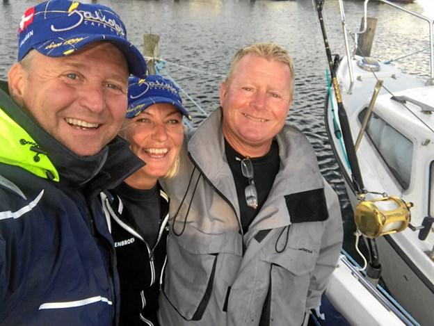 På vej ud på den første tur med tun som fangst. På selfien ses Anders Wolff, Mette Stenbroen og gasten Søren Krogh Mogensen. Privatfoto.