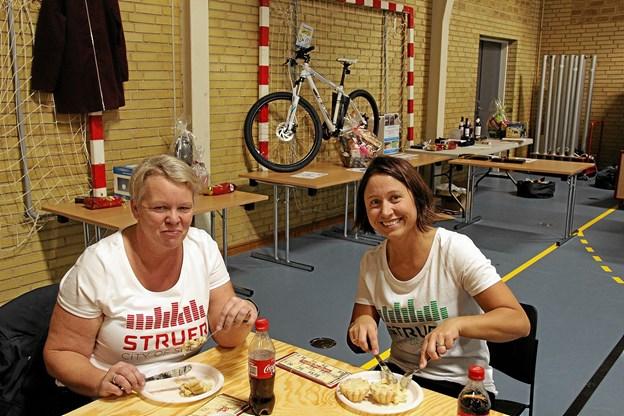 Uhmmm! hvor det smager! fra venstre er det Annette Søndergaard Pedersen og Anette Graugaard der nyder de lækre tarteletter. Foto: Hans B. Henriksen Hans B. Henriksen
