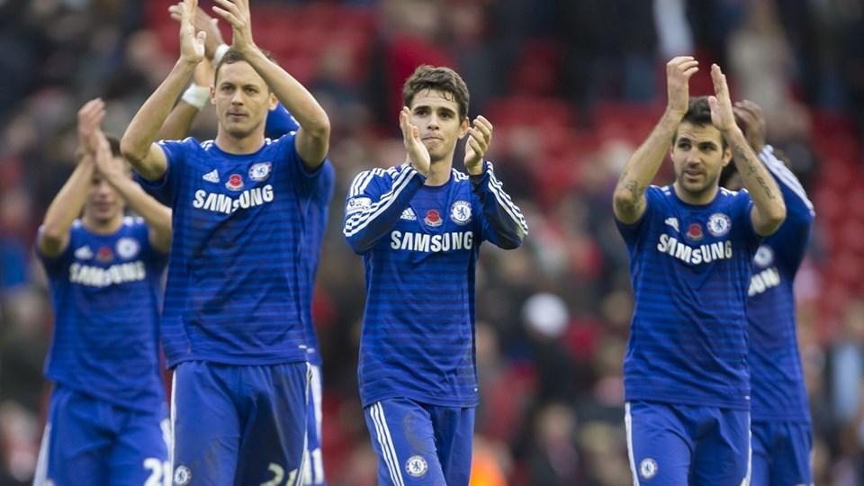 Chelseaspillere med Oscar i midten, i lørdags på Anfiels Road i Liverpool. Foto: Jon Super/AP/POLFOTO