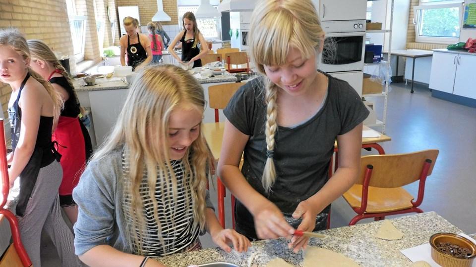 Til næste år opretter man - på grund af søgningen - fire bagerhold i stedet for to. Her er det Caroline Hold, 10, og Anna Valgren, 12.