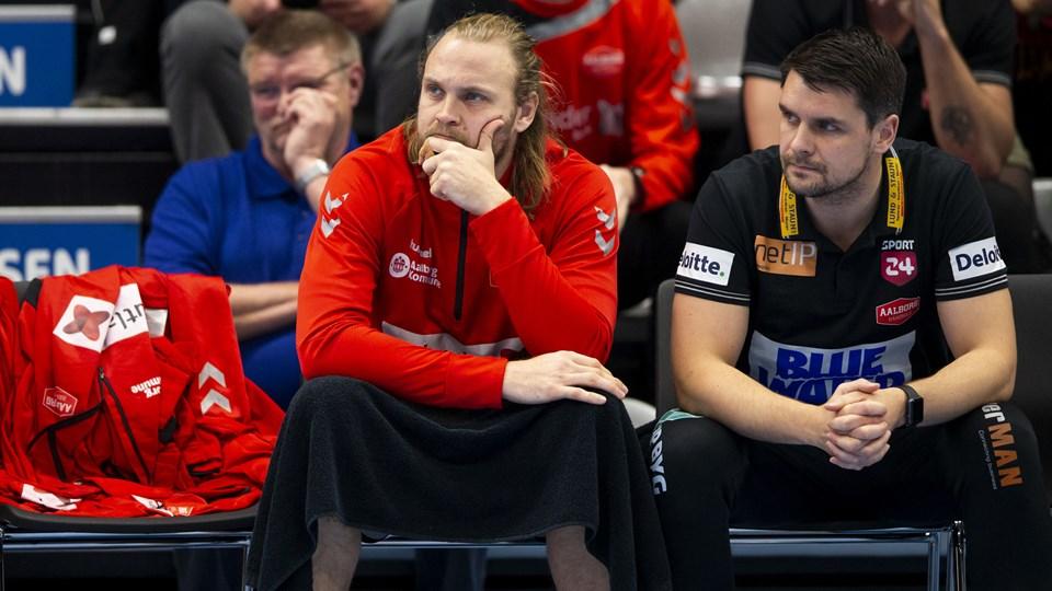 Henrik Møllgaard så til fra bænken, da holdkammeraterne onsdag vandt 30-27 i SønderjyskE. Aalborg-profilen fik i sidste uge et vrid i højre knæ, men melder jeg klar til weekendens EHF Cup-kamp i Berlin. Foto: Frank Cilius/Ritzau Scanpix