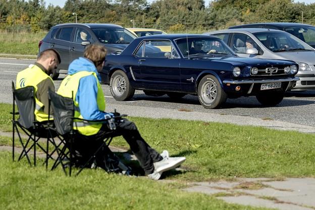 Man kan lige så godt gøre sig det lidt behageligt og synke ned i de medbragte jagtstole, når arbejdet skal passes.
