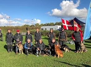 Hundeførere med favnen fuld af sølvtøj