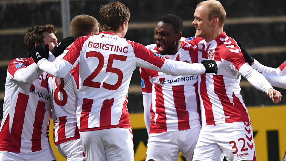 Jores Okore omfavnes efter scoring i Haderslev. Foto: Scanpix/Claus Fisker