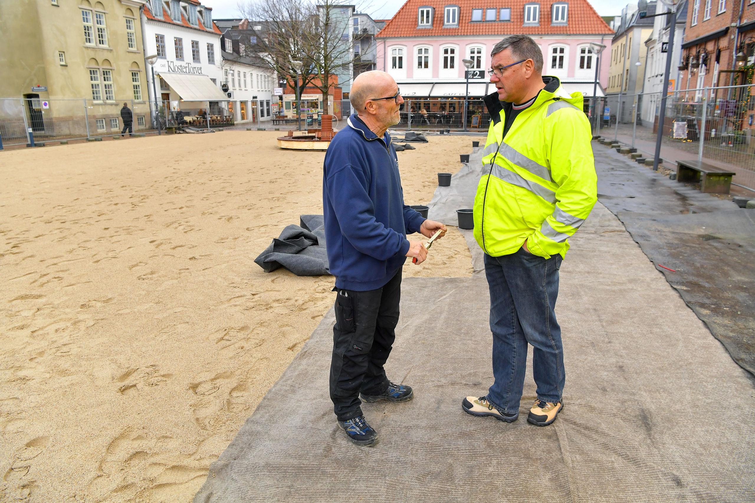 Per Terp Madsen (tv) og Lars Bøssbak er de to eksperter, der sørger for, at den kommunale skøjtebane bliver anlagt efter alle kunstens regler. Foto: Jesper Thomasen