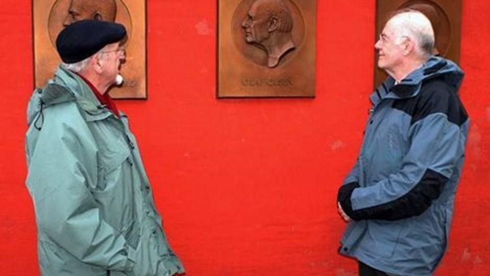 Erling Olsen blev af Søren Frederiksen inviteret på Fyrkat for at se bronzerelieffet af rigsantikvar Olaf Olsen. Olaf og Erling er brødre. Foto: Erik Røgild