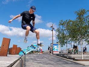 Aalborg er et godt legerum: Tobias kan lære dig at stå på skateboard