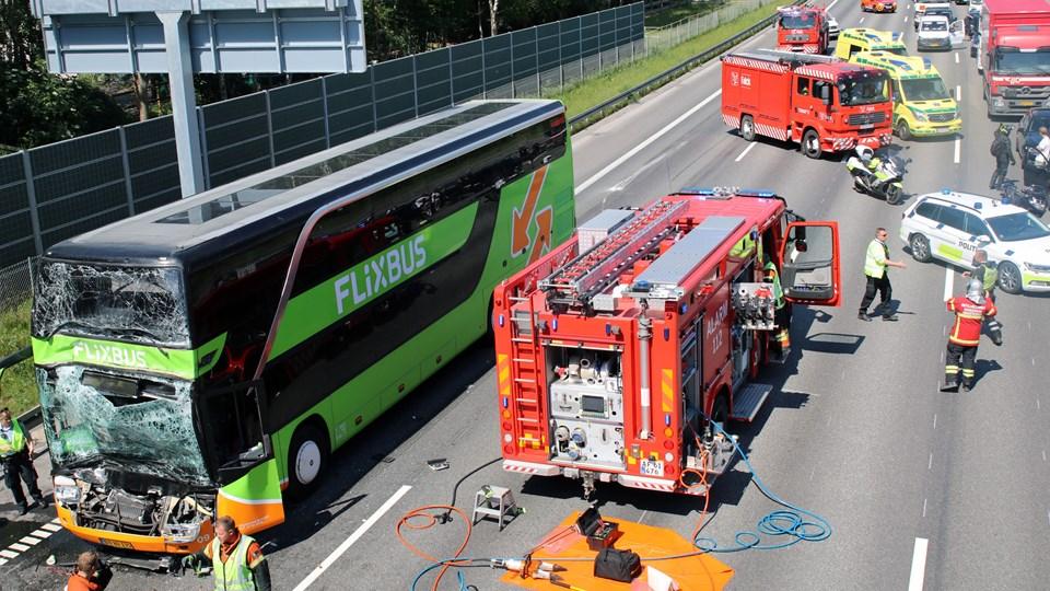 Uheld med to busser involveret har skabt massiv kø på motorvejen ved Solrød fredag. Foto: Mathias Øgendal /Ritzau Scanpix