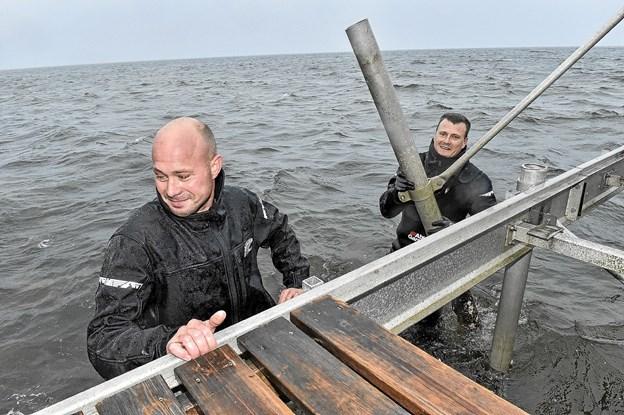 Morten Skov og Klaus Møller Christensen(Medindehaver) fra Bridgesystem skilte den kommunale alu-bro ad, så den var klar til afhentning af kommunens folk. Foto: Ole Iversen