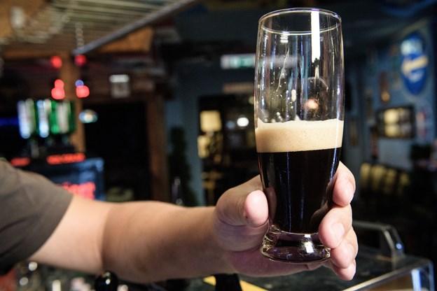 Frederikshavn Bryghus' jubilæums øl Stout 200 er klar til tapning. Foto: Peter Broen