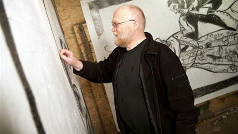 """Gorm Spaabæk er ved at lægge sidste hånd på tegningerne til en ny udstilling. Han har blandt andet valgt at tegne forhenværende statsminister Anders Fogh Rasmussen (V) som Jeppe på Bjerget (ses i baggrunden), for at fortælle, """"hvorledes en underkuet"""