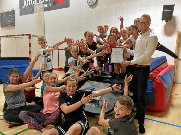 De kommende brugere af trampolinen samlet med trænere og afdelingsdirektør Patrick Tindal Pedersen fra Jutlander Bank i Suldrup. Privatfoto