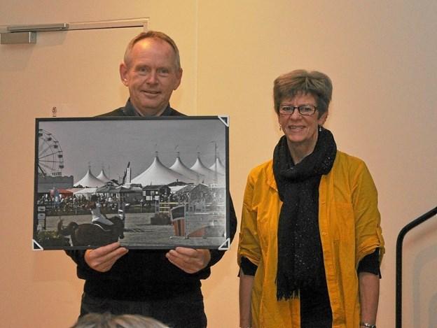 Den nydannede fotoklub i Hjallerup havde udskrevet en konkurrence om det bedste billede fra Hjallerup Marked. Den blev vundet af Martha Christiansen, som her har overrakt det til formanden for Markedsudvalget, Keld Nielsen. Foto: Ole Torp Ole Torp