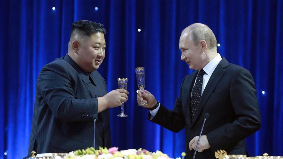 Kim Jong-un og Vladimir Putin deltog torsdag i en officiel reception, hvor der blev skålet for et veloverstået møde.