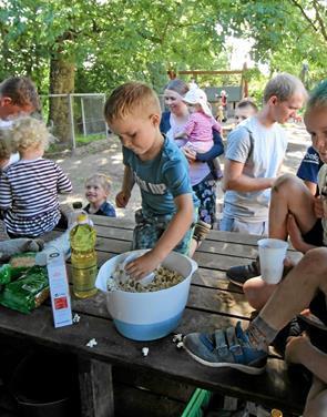 Sommerfest med mad, hygge og leg
