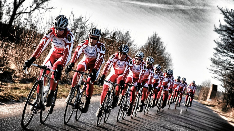 Et hold jagtende cykelrytter fra team Vesthimmerland var blandt Søren Friis belønnede fotos.