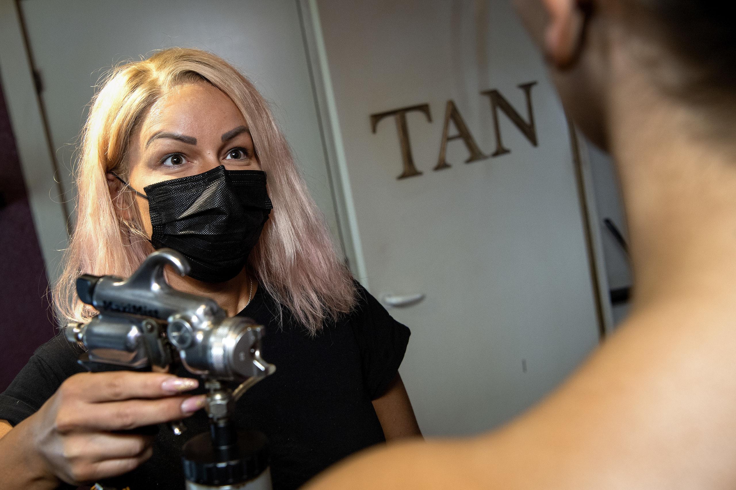 I kø til spray før karneval: Blege nordjyder går amok i bronze-kulør